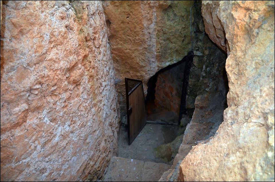 prolaz u pecinju manastira socanica