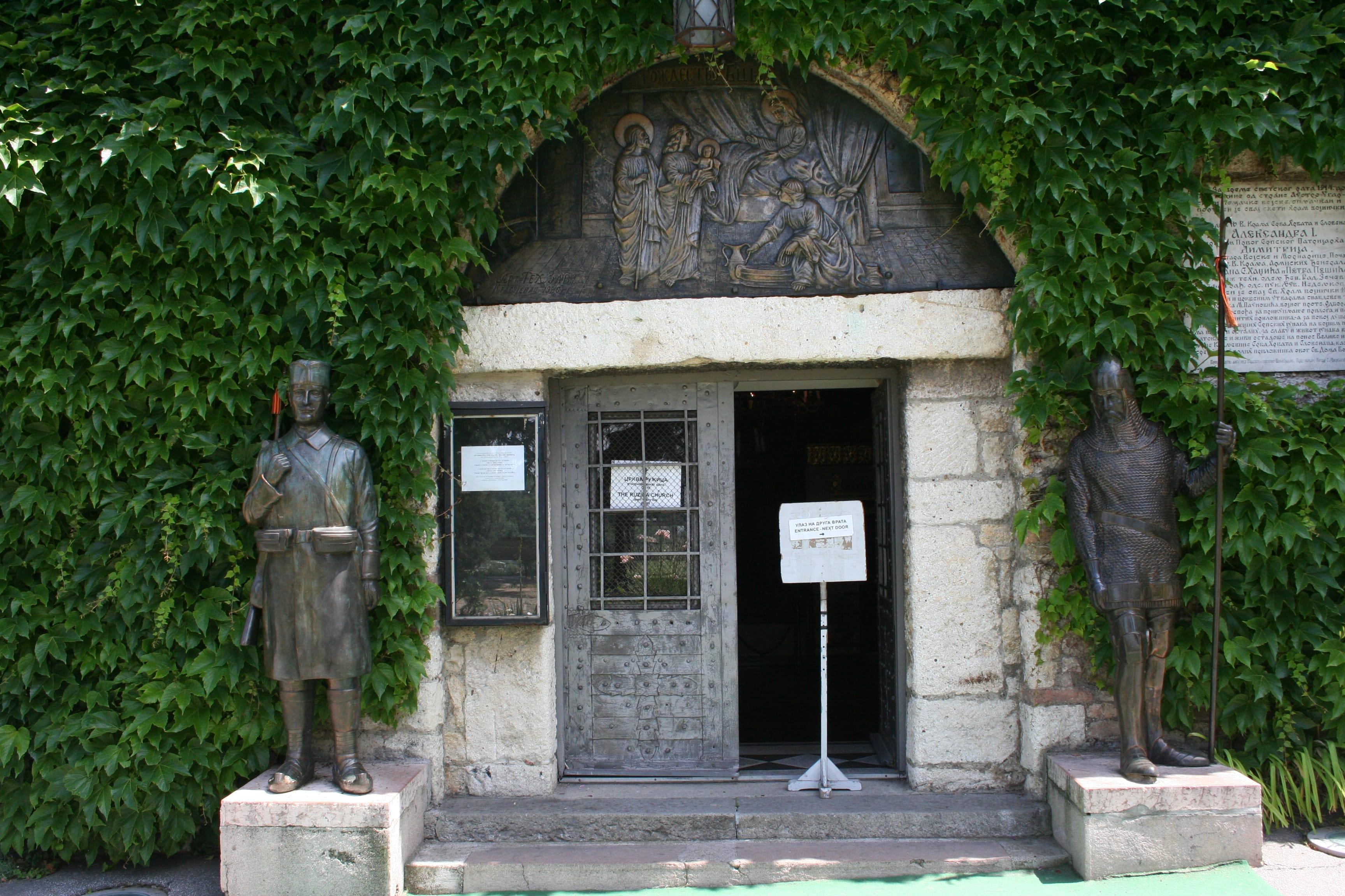 Ulaz u crkvu Ruzicu - statua cara Dusana i vojnika iz prvog svetskog rata