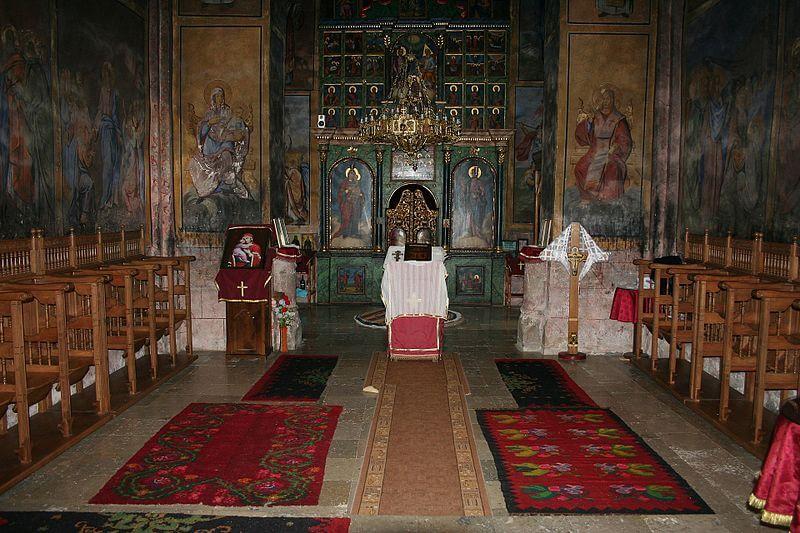 unustrasnjost manastira raca