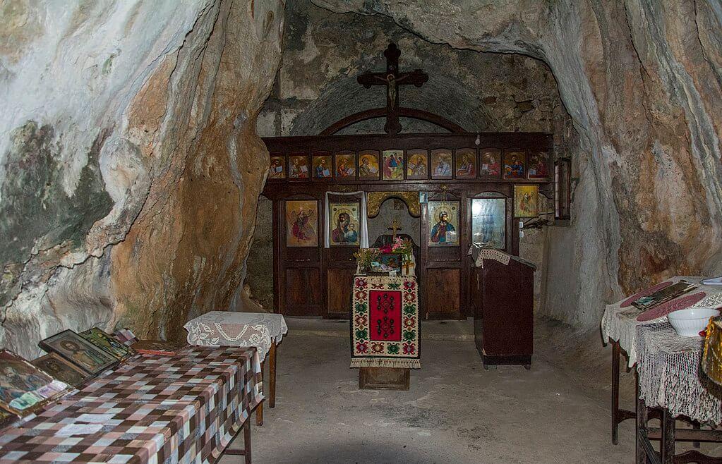 unutrasnjost crkve svetih petra i pavla rsovci